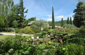 DROME PROVENCALE, in a village old mas with a garden and a swimming pool